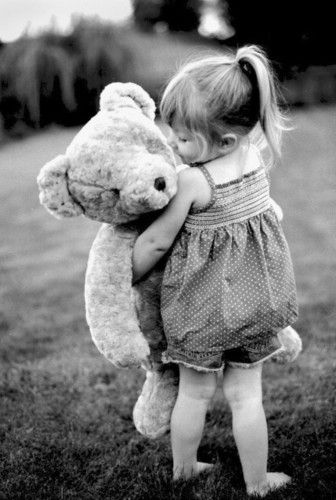 girl with teddy bear | Peluche grande, Fotografia infantil ...Little Girl With Teddy Bear Black And White