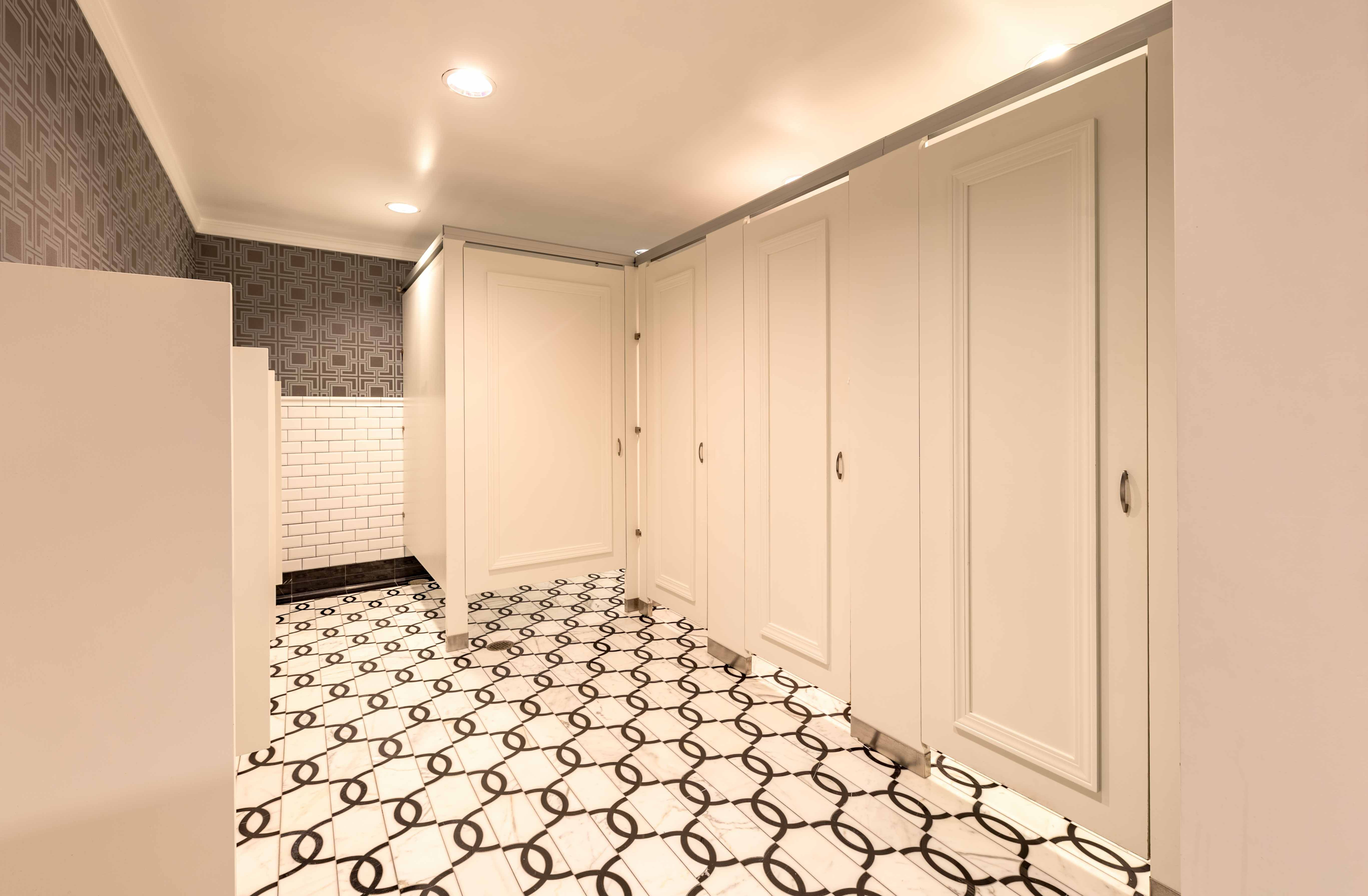 Ironwood Manufacturing Wood Veneer Toilet Partition And Bathroom Doors With Molding Beautiful Upscale Public Restroom Stalls Restroom Design