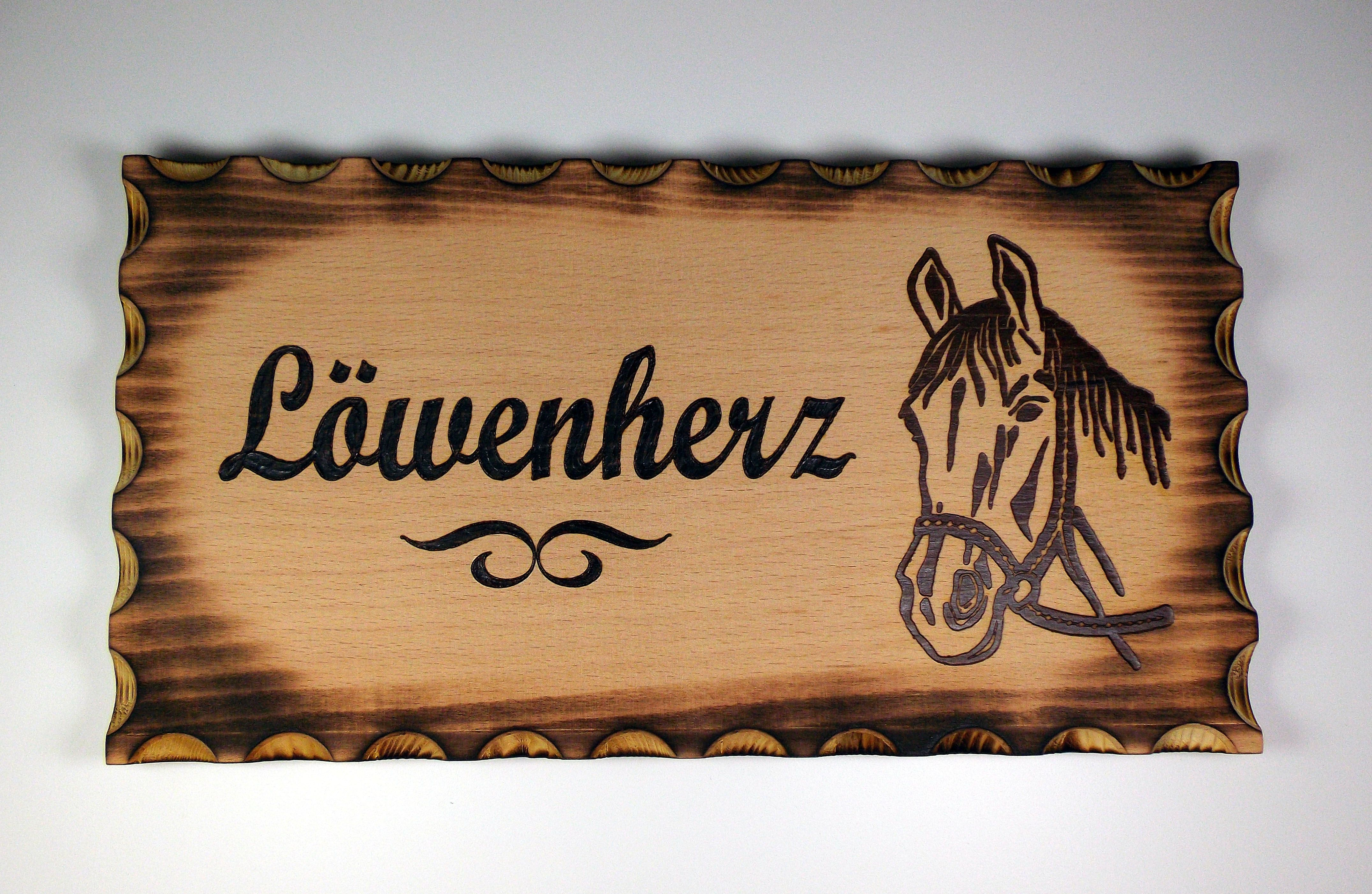 Boxenschild Stallschild Aus Rechteckigen Geflammten Holz Mit Eingebrannter Individueller Gravur In 2020 Boxenschild Boxenschild Pferd Box
