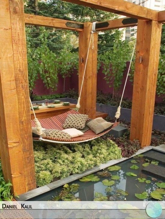 Uma área de lazer e descanso para quem tem jardim e quer aproveitar o espaço. Olhem que interessante o acabamento de madeira e a uma mesa, uma ideia para deixar o seu jardim com muito mais vida.
