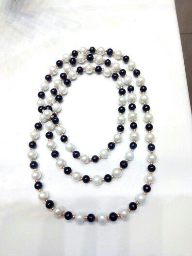 d3712fa1df91 Collar largo de perlas blancas y negras de cristal con rocalla dorada