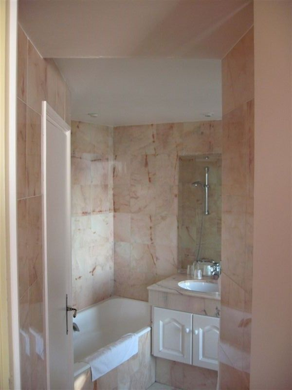 design de salle de bain marbre rose