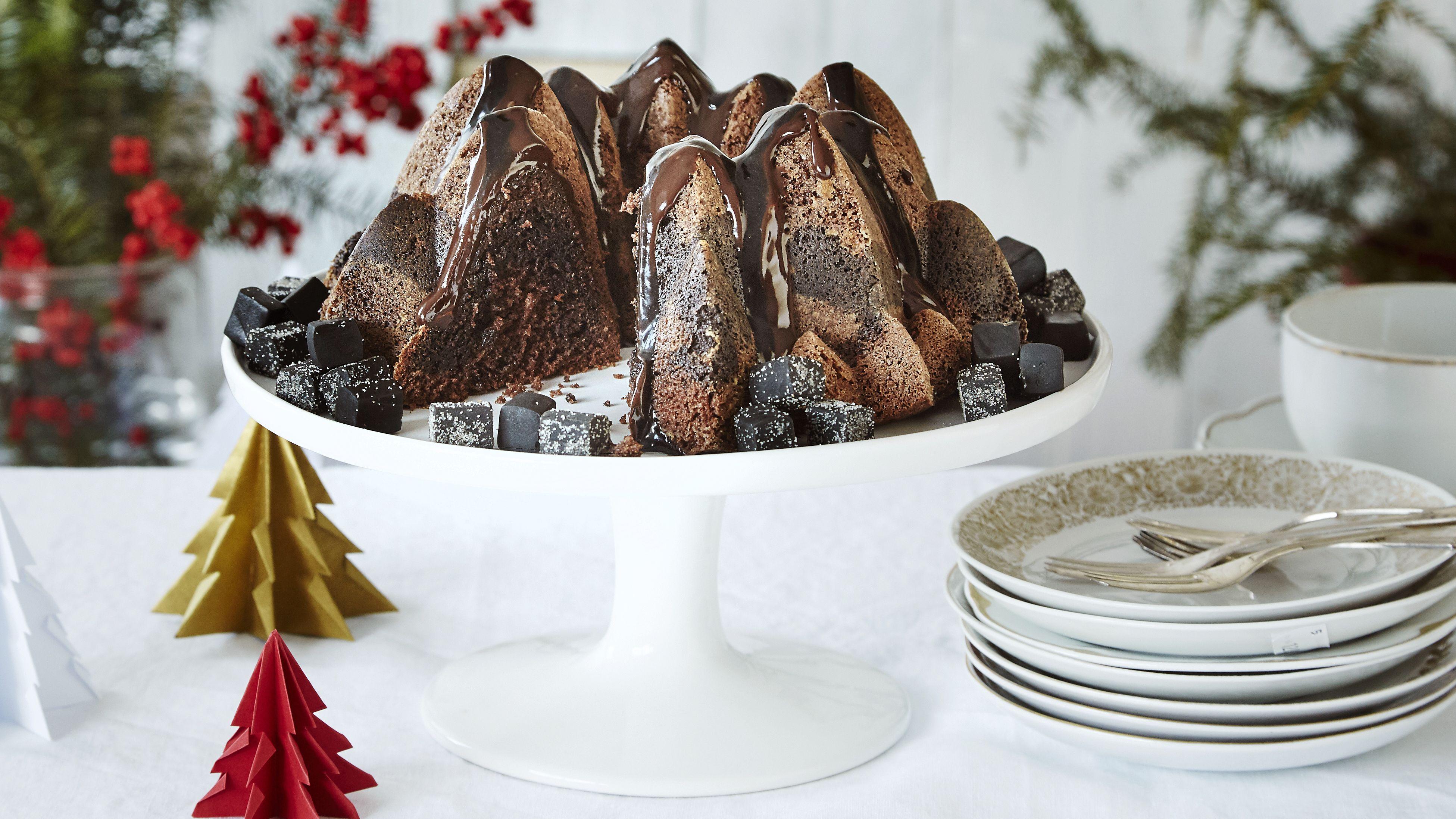Kuorrutettu suklaa-lakutiikerikakku on uudenlainen vaihtoehto perinteiselle tiikerikakulle. Kakku säilyy mehevänä jääkaapissa.  Tämäkin resepti vain n. 0,15€/annos*.