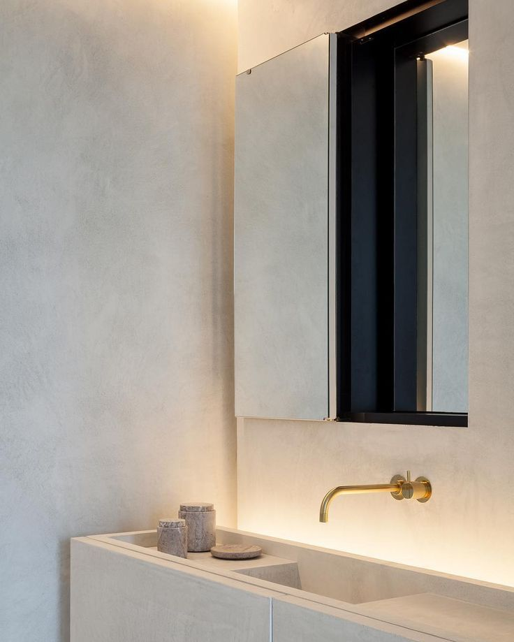 Bathroom without tiles and with golden accents Badezimmer ohne