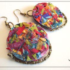 Boucles d'oreilles  textile multicolore et chaînette de bronze