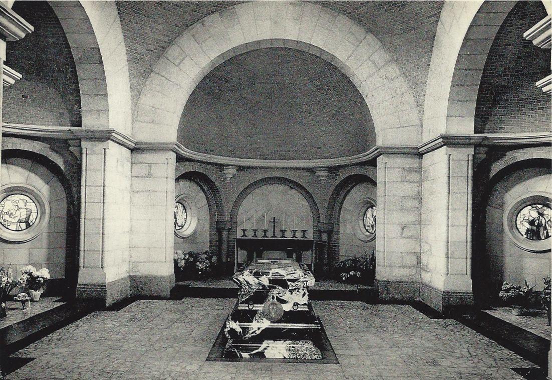 Kortrijk. Paters Passionisten. het graf van Broeder Isidoor.