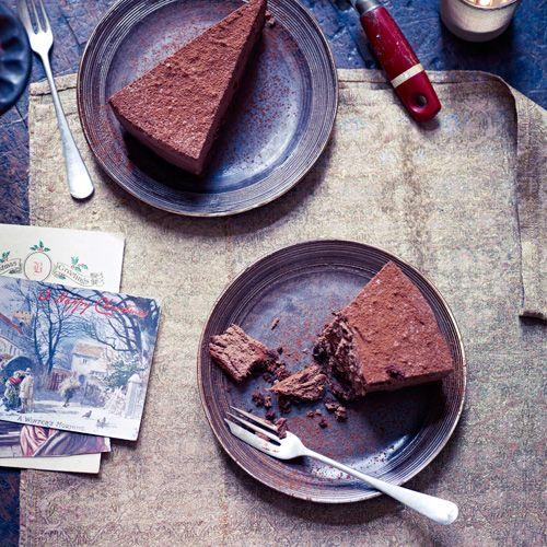 Chocolade en kastanjes vormeneen klassieke combinatie voor eengeweldig dessert. Aan eenklein puntje heb je al genoeg dus jekunt met deze taart een grote groepblij maken. Ook handig: je kunt hemtwee dagen van tevoren...