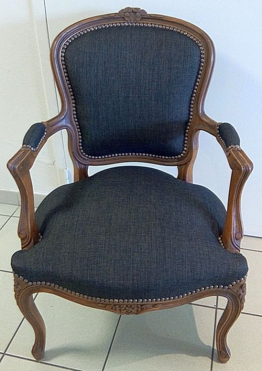 les belles assises refection de ce fauteuil cabriolet style louis xv avec un tissu en jeans. Black Bedroom Furniture Sets. Home Design Ideas