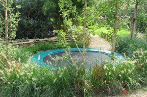 Trampoline Kleine Tuin : Op een natuurlijke manier inpassen van de trampoline speeltuin