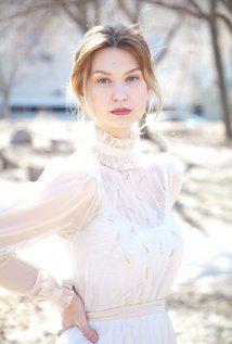 Ashley Hirt, Winnipeg, Manitoba, Canadá. Filmografía: http://www.imdb.com/name/nm3151470/?ref_=fn_al_nm_1