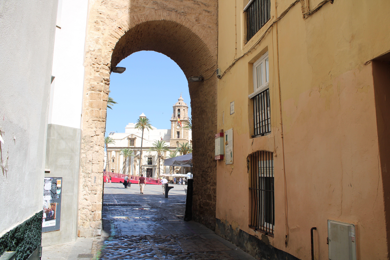 arco de la rosa o puerta de santiago, en pleno barrio del populo, uno de los barrios más antiguos de Europa