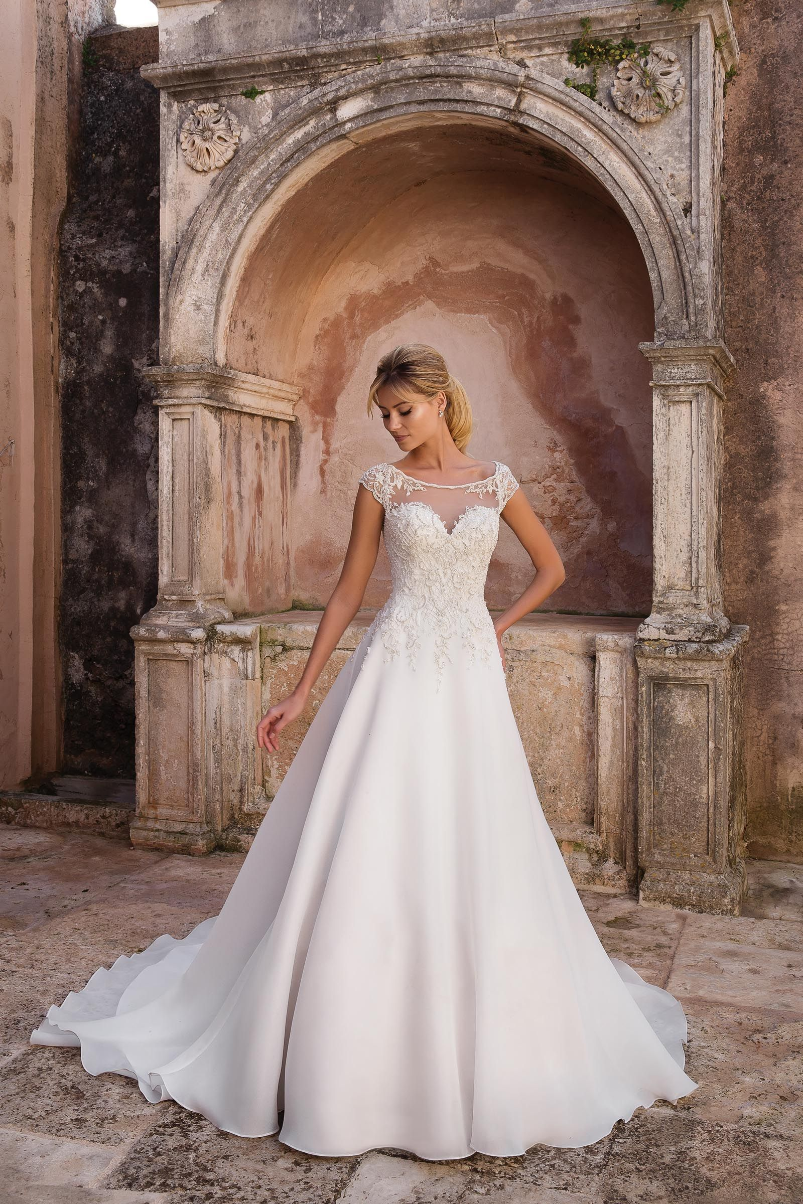 Besticktes Prinzessinnen-Brautkleid mit Ärmeln und Schleppe von