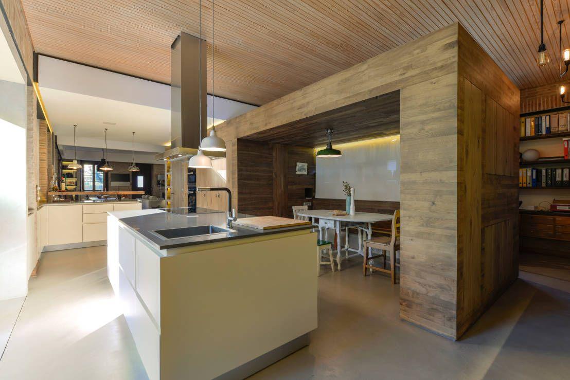 Casa em S. Pedro do Estoril : Cozinhas modernas por Ricardo Moreno Arquitectos