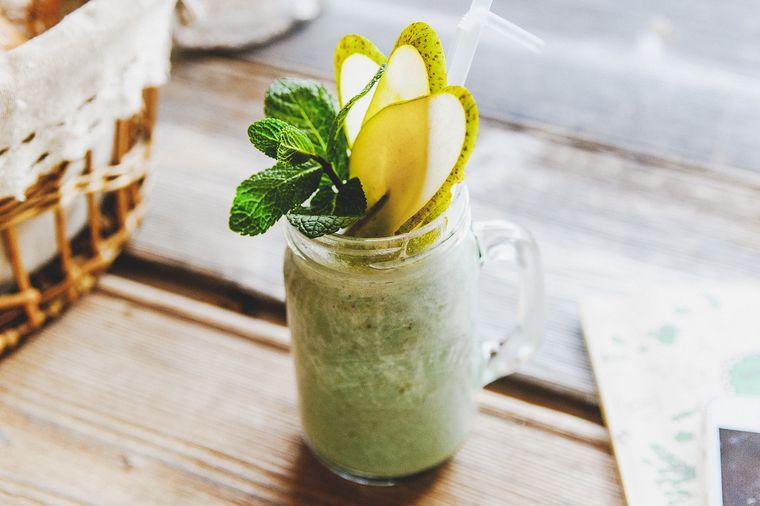 Мы предлагаем вам не отставать от звездных красавиц и готовить себе этот напиток как можно чаще, добавляя в него разные полезные суперфуды.Например, спирулину, как в рецепте зеленого смузи от кафе-пекарни«ХлебнаяЛавка».
