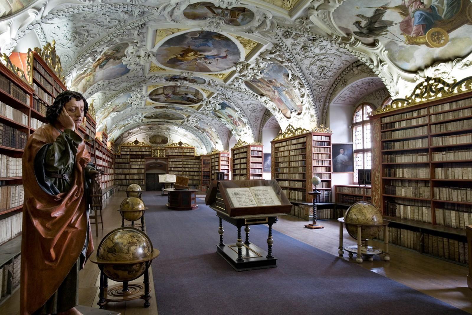 De Theology Hall is te vinden in het Tsjechische Strahov-klooster in Praag. Het grootste deel van de imposante zaal is gevuld met bijbels, maar er staan ook enkele Nederlandse globes uit de zeventiende eeuw.