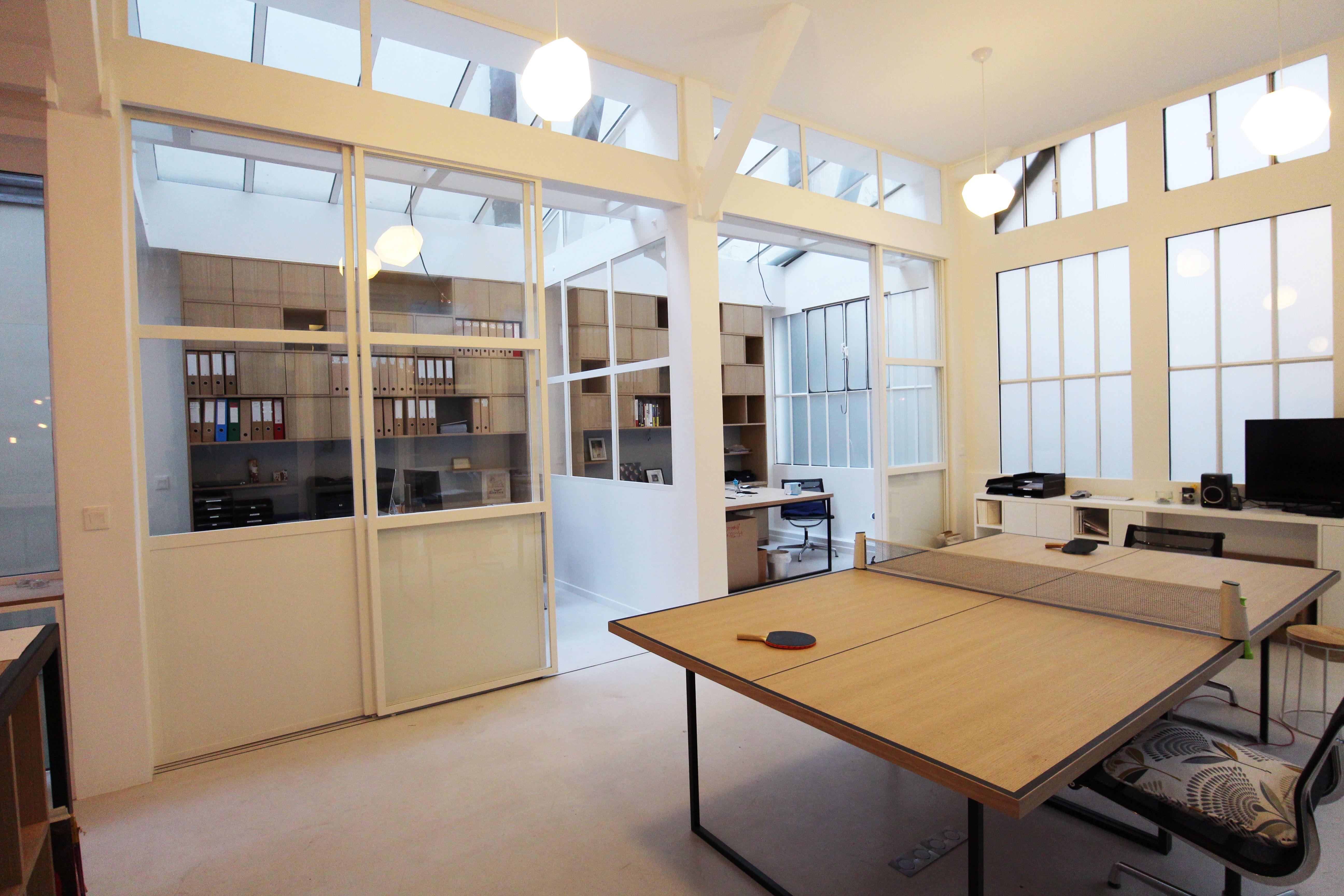 Le loft a été transformé en bureaux pour creaminal. les meubles ont
