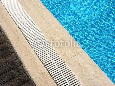 Beckenrand eines Swimmingpools in Bodrum in der Provinz Mugla am Mittelmeer