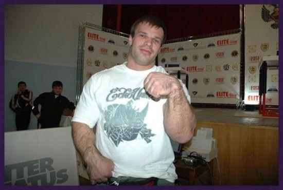 Denis Tsyplenkov vrai hulk les mains les plus grosses du monde 6   Denis Cyplenkov le vrai Hulk a les plus grosses mains du monde   video re...