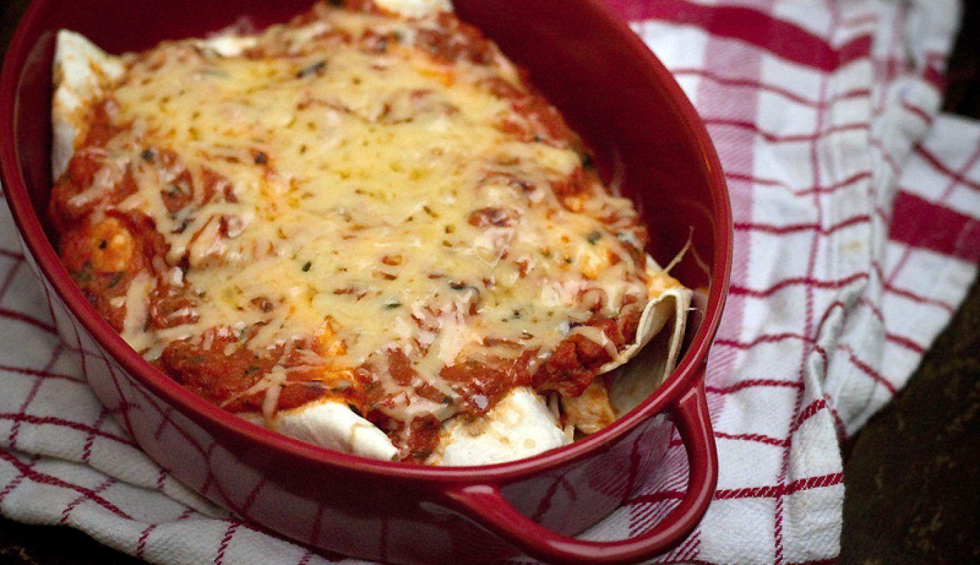Een goddelijk recept voorMexicaanse enchilada's met kip & bonen vanChez Steph. Verwarm je oven voor op…
