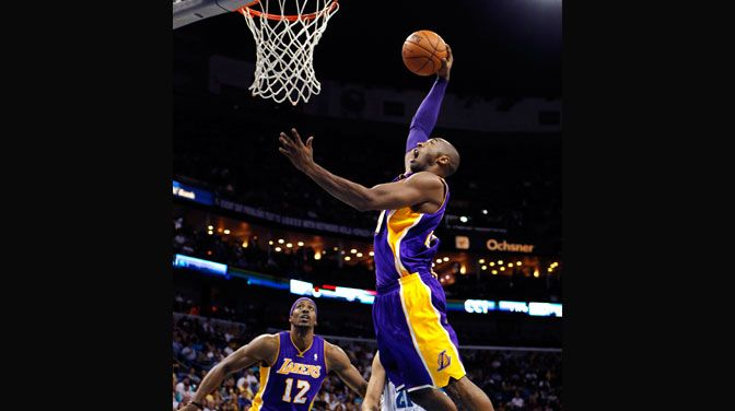 Kobe Bryant Scored 29 Points Making Him The Fifth Player To Score 30 000 And The Los Angeles Lakers Snapped A Two Ga Kobe Bryant Nba Kobe Bryant Sports Story