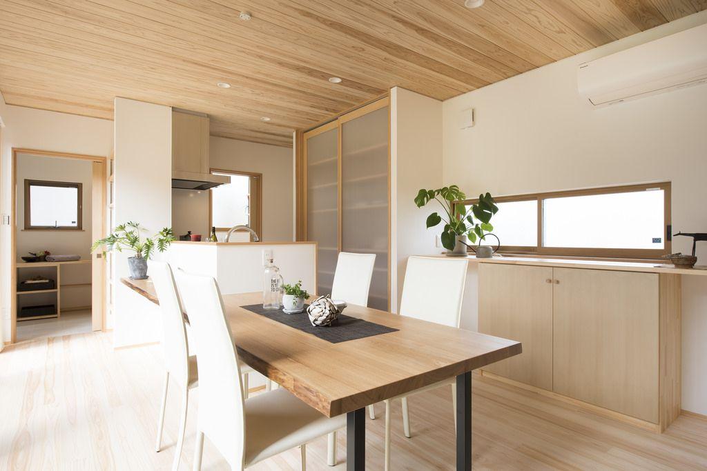 造作食器棚は使い勝手とデザインの調和を考えたオリジナルです 扉は軽くて割れにくいポリカーボネート 壁 天井に綺麗に納まり地震で倒れる心配もありません リビングダイニングキッチン リビングダイニング 家