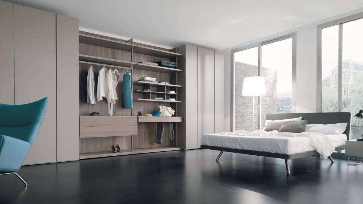 Camera da letto con armadio e cabina aperta, firmata