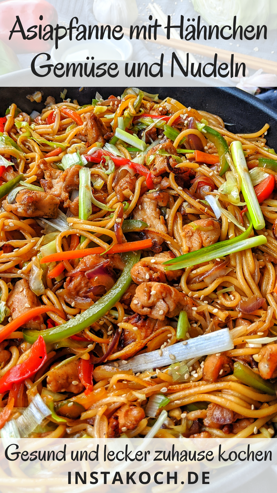Asiapfanne mit Huhn, Gemüse und gebratenen Nudeln - Einfaches Rezept