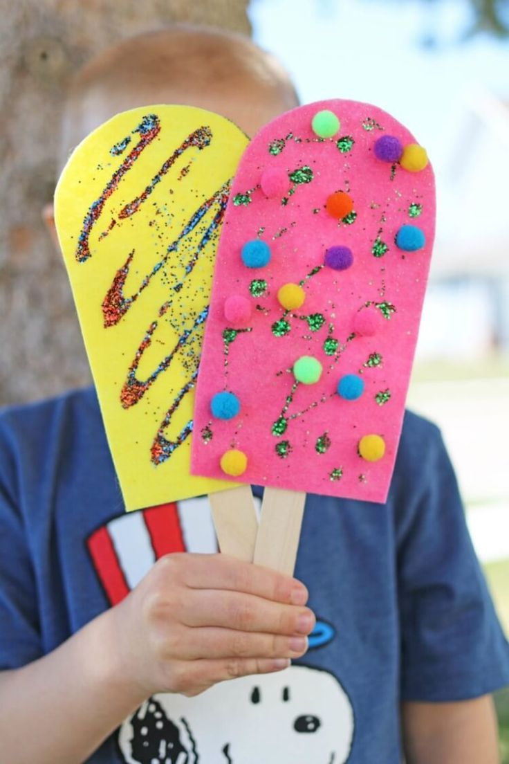 These quick & easy summer kids crafts can be made in under 30 minutes! No special skills are required, so ANYONE can make these cute summer crafts for kids!