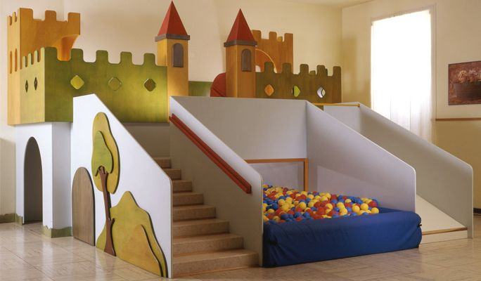 100% Italian design and furnitures for kindergartens, pre-school classrooms, playrooms, bookshops and playgrounds.