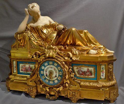 Reloj francés de siglo XIX, en broce dorado y porcelana de Sevres