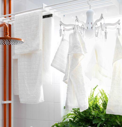 Estante colgante de IKEA encima de una bañera con toallas aireándose.