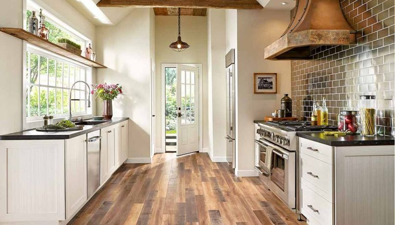 30 Top And Fabulous Farmhouse Kitchen With Wooden Floor Ideas Decor It S Brown Laminate Flooring Farmhouse Kitchen Design Farmhouse Style Kitchen