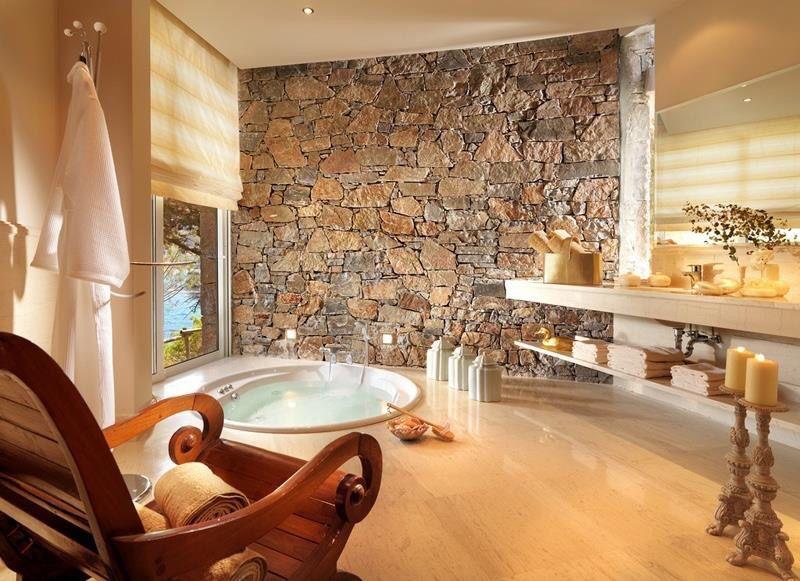 Bañera y pared de piedra   Baños con piedra, Inspiración ...