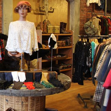 Lucky Vintage Where To Shop In Seattle Usofstyle Https Alau Me Ykch11 Vintage Clothing Stores Vintage Outfits Style