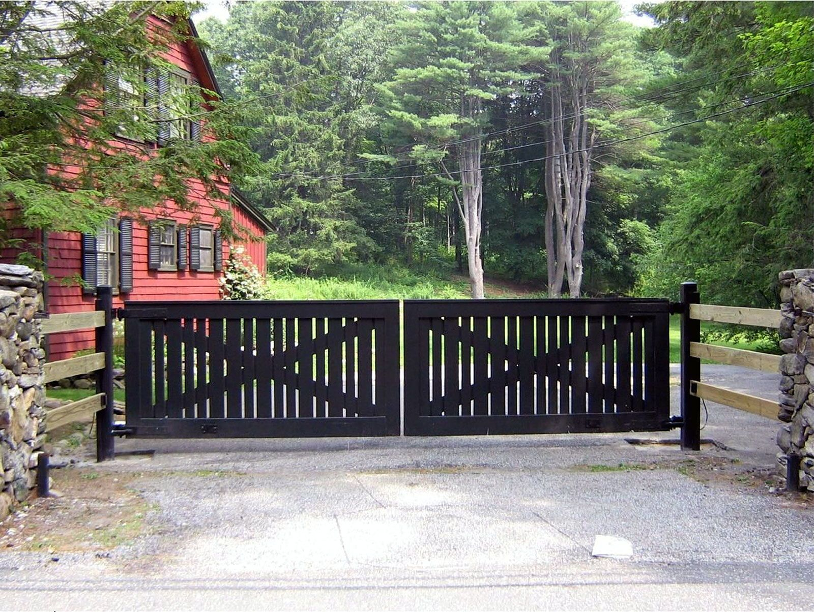 An Eye Catching Farmhouse Meets Modern Look On A Black Painted Wooden Driveway Gate The Wooden Pickets Wooden Gates Driveway House Gate Design Driveway Gate