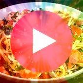 Spaghetti mit frischem Gemüse Feta Kräutern und reichhaltigem Olivenöl Ein  schnelles abendessen ohne kohlenhydrate Zarte Spaghetti mit frischem Gemüs...