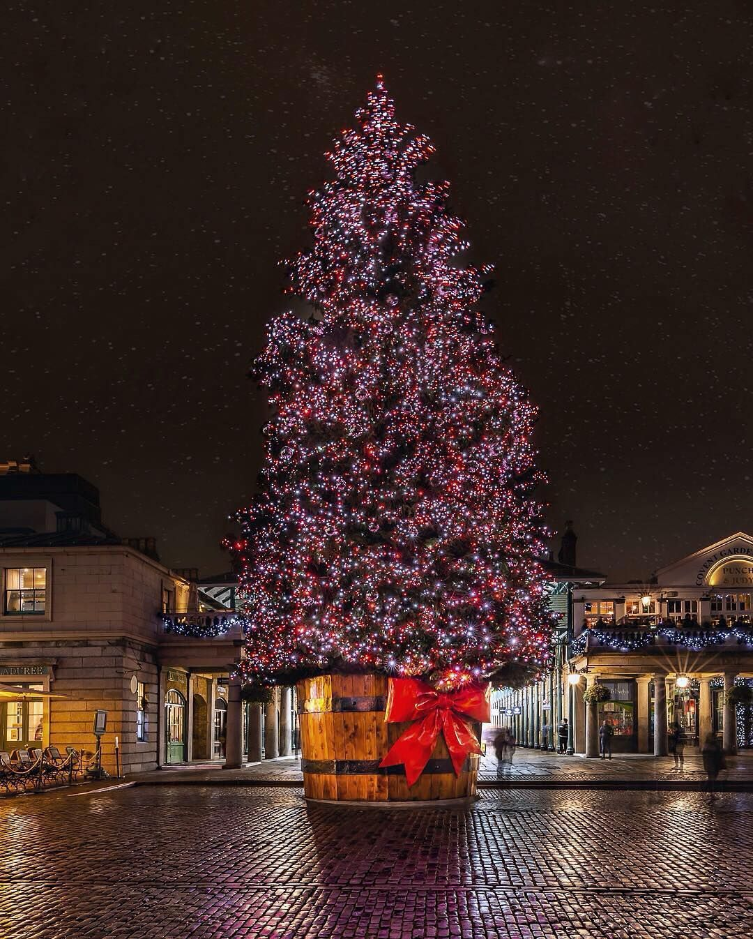 Covent Garden London At Christmas London Christmas Covent Garden London London Photos