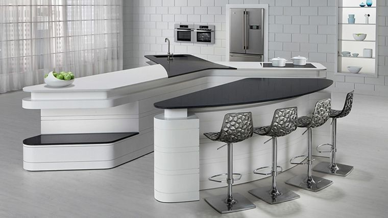 Cucina bianca con tavolo da pranzo e sgabelli piastrelle bianche