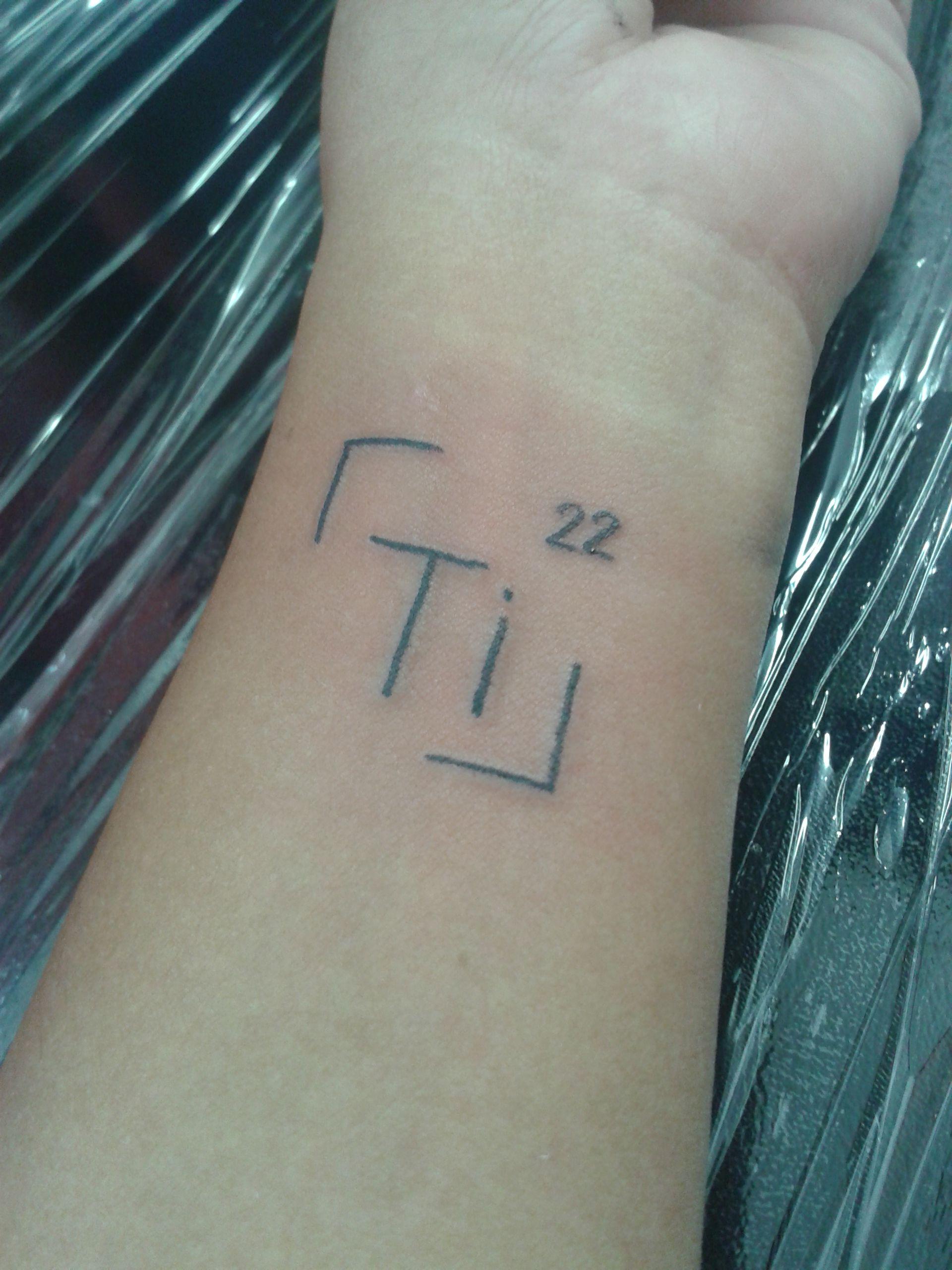 tatuagem do s237mbolo qu237mico do tit226nio no pulso chemical