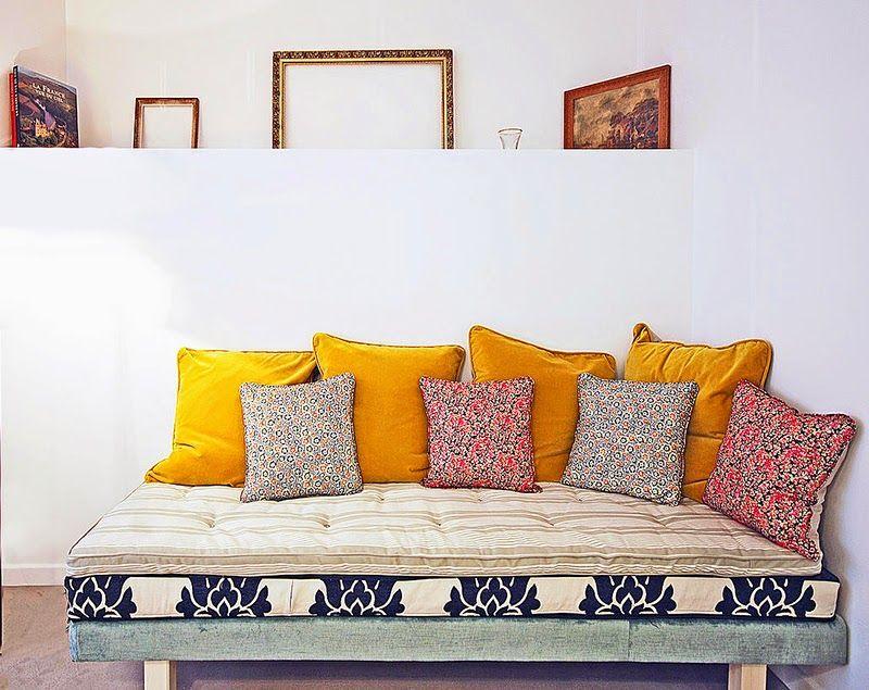 Un Studio De Charme A Montmartre Pillows En 2019 Canape