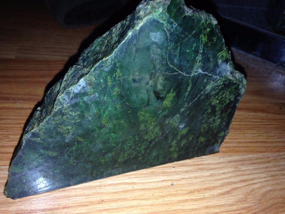 california nephrite jade 999 grams self standing, nice
