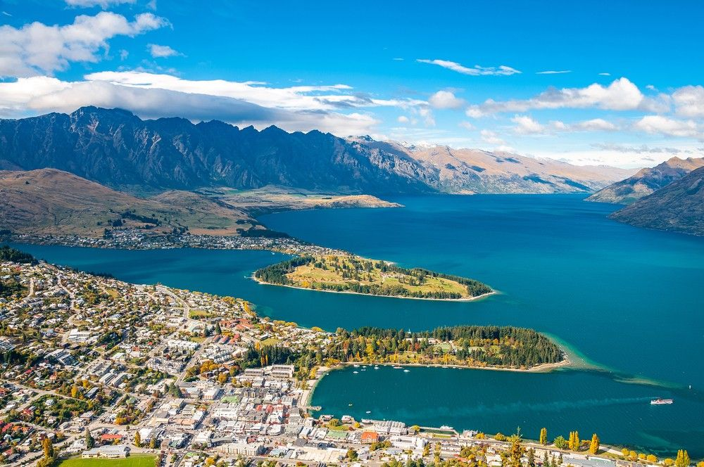 Queenstown New Zealand Sits On The Shores Of The South Island S Lake Wakatipu Renowned For Adventure Sports Cool Places To Visit Places To Visit New Zealand