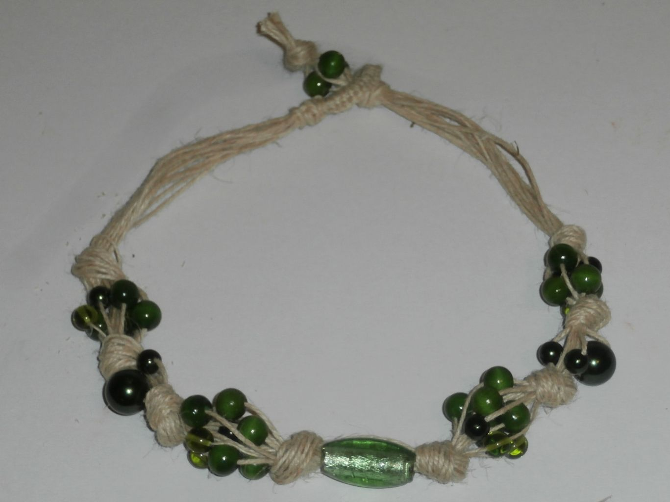 Tutorial per una collana fai-da-te in spago di canapa e perle verdi in vetro e legno.