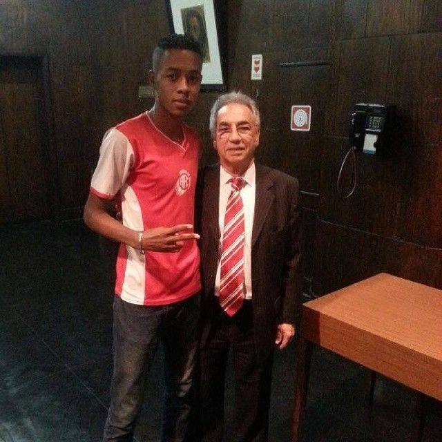 O bom de bola Patrick Roberto com o presidente Léo Almada. Sangue novo em dose dupla no nosso Álbum da Família Americana!