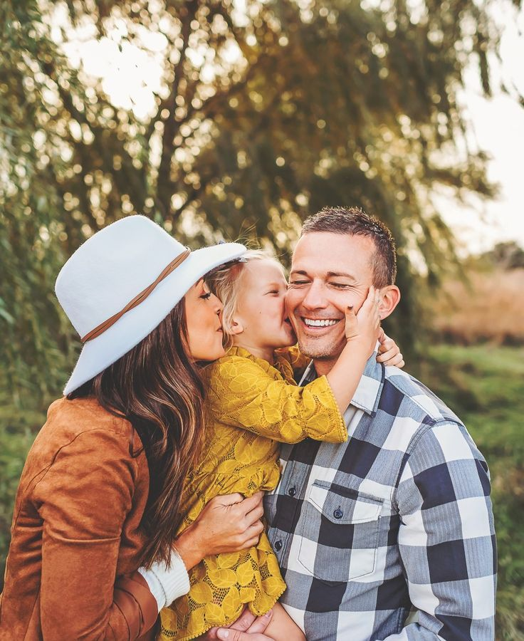 Family photo outfit ideas  .  Des moines photographer . Fall family outfit ide…