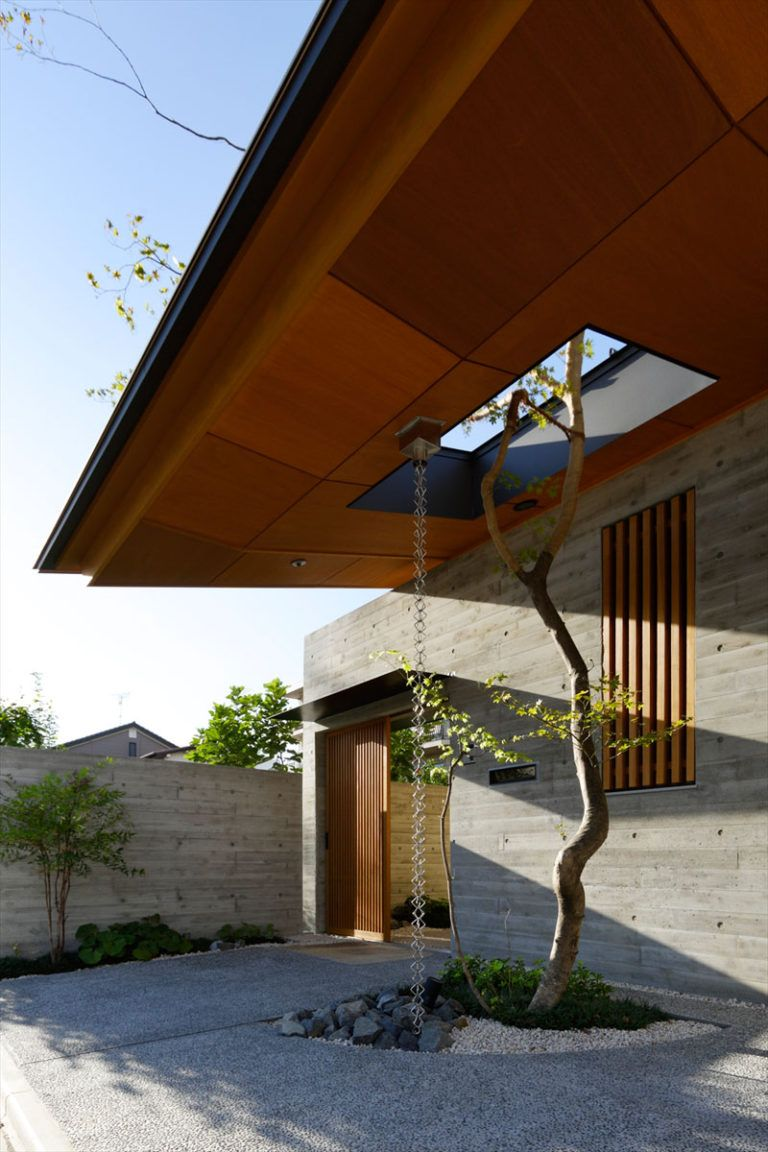 14 Modern Homes That Use Rain Chains To Divert Water