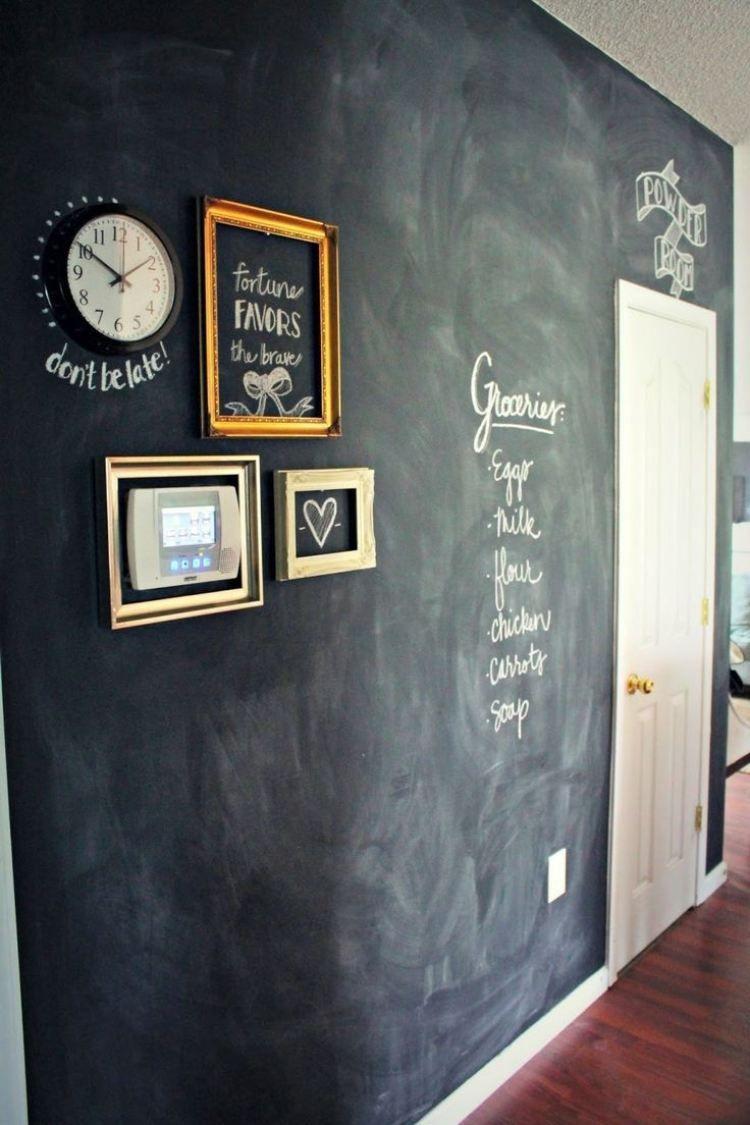 Flur mit kreativer Wandgestaltung und jede menge Platz für Notizen ...