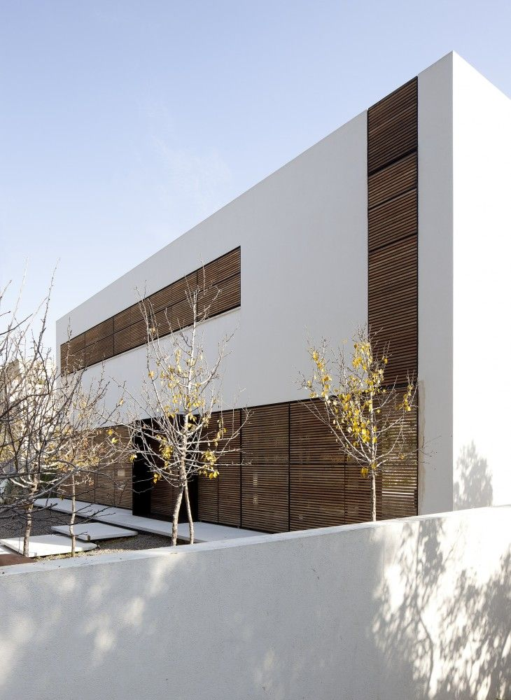 Exterior aspect of a residential house in Kfar Shmaryahu, Israel by Pitsou Kedem Architects