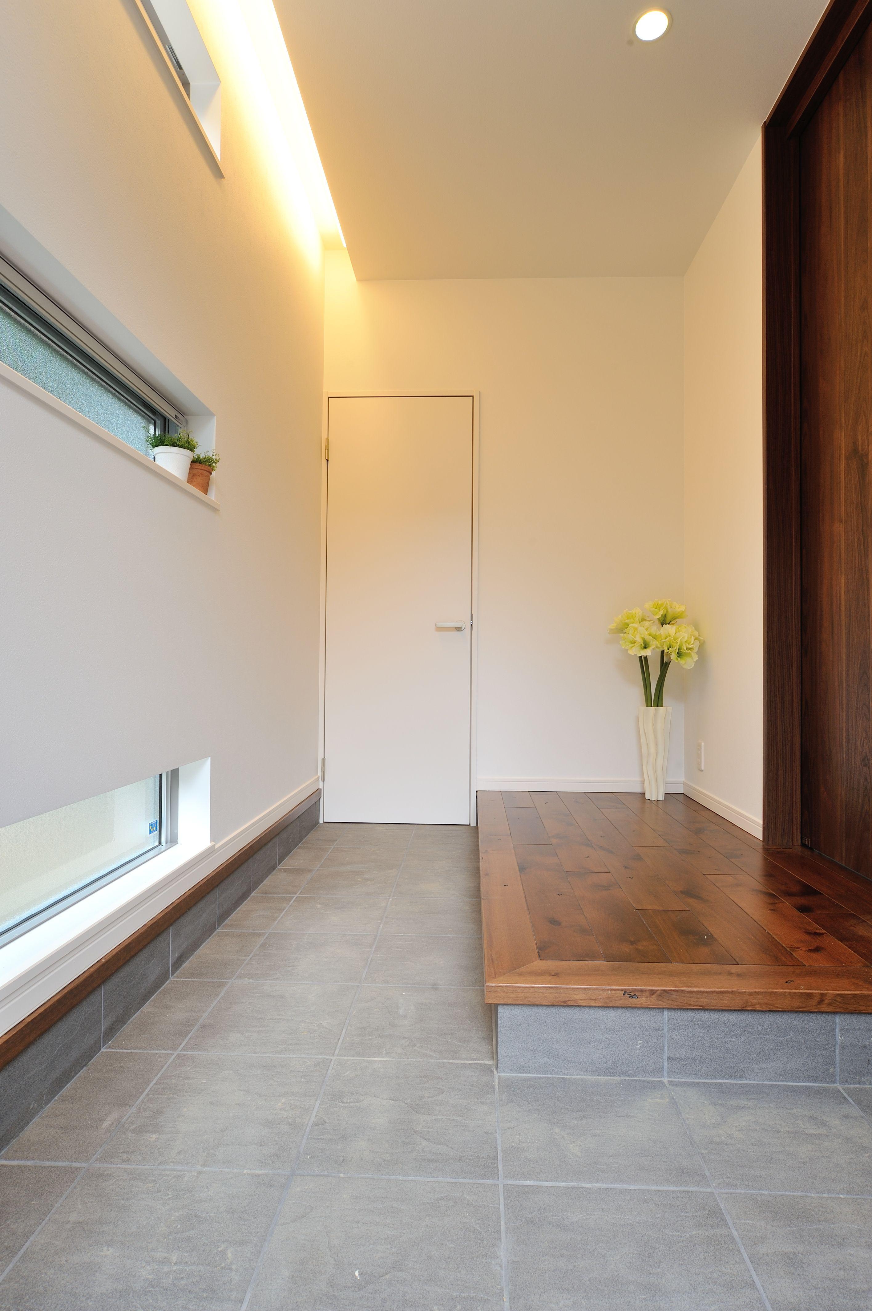玄関 玄関奥には大型の土間収納を設置 ホールに上がる前に着替える