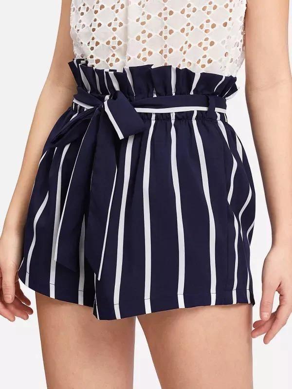 Shorts tipo bolsa de papel a rayas con cinturón y volante – L / Azul marino  – Moda